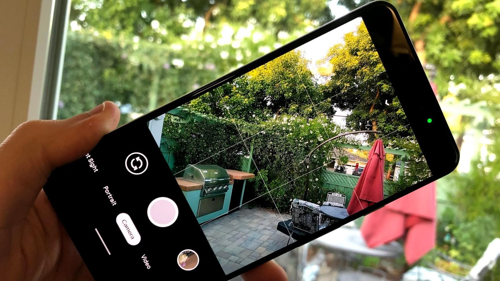 За любым человеком можно проследить через камеру его смартфона - вот как это сделать