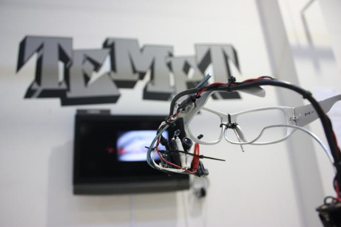 Звук через кожу для глухих, система навигации для слепых и рисование глазами для парализованных